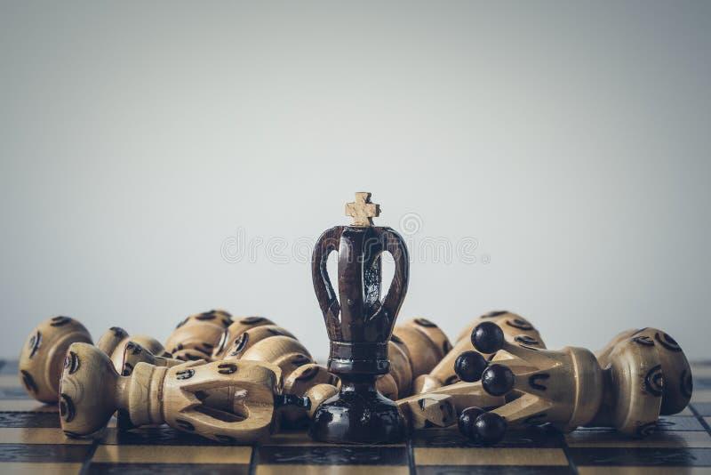 O conceito da estrat?gia da xadrez est? na placa de xadrez fotos de stock royalty free