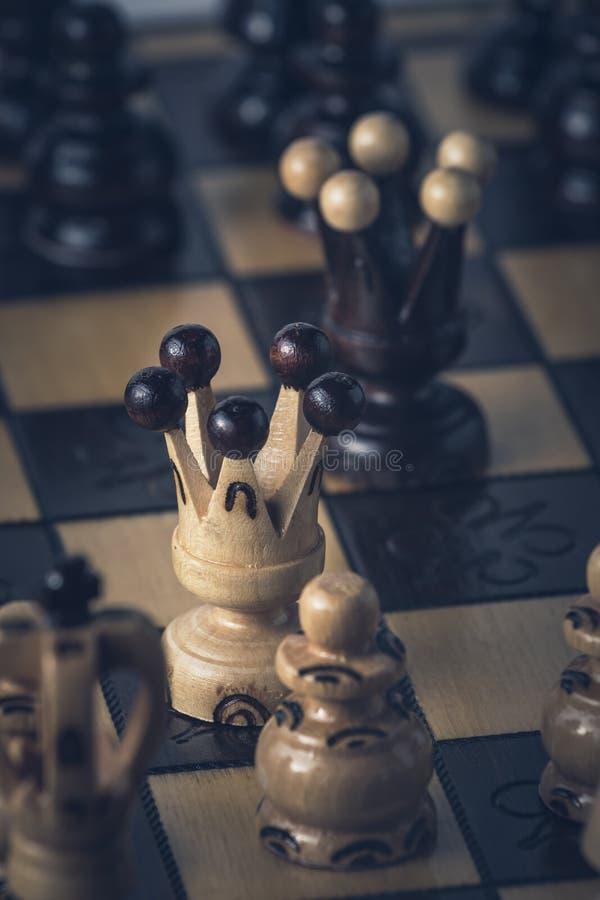 O conceito da estrat?gia da xadrez est? na placa de xadrez foto de stock royalty free