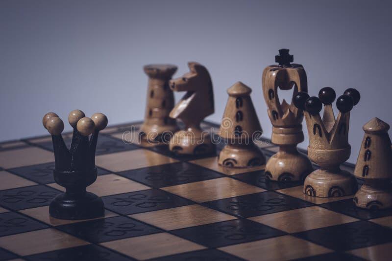 O conceito da estrat?gia da xadrez est? na placa de xadrez fotografia de stock