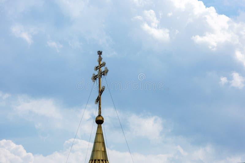 O conceito da f? no deus: Cruz ortodoxo contra um c?u nebuloso fotografia de stock royalty free