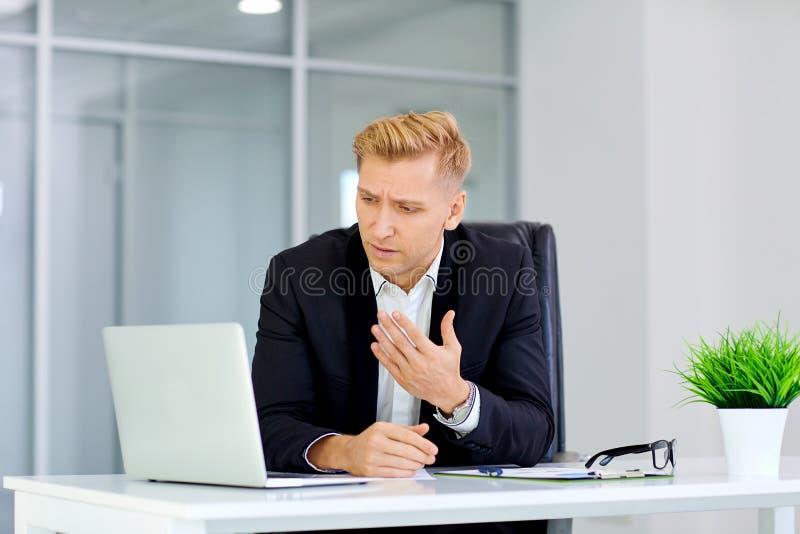O conceito da falha, derrota, crise o negócio Um homem senta-se fotografia de stock