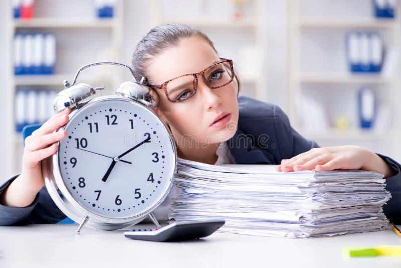 O conceito da gestão da mulher de negócios a tempo fotos de stock