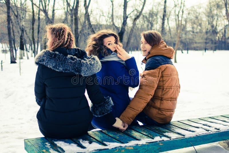 O conceito da imagem da infidelidade marital Os jovens no banco, abraços um e guardam a outra mão do ` s fotos de stock royalty free