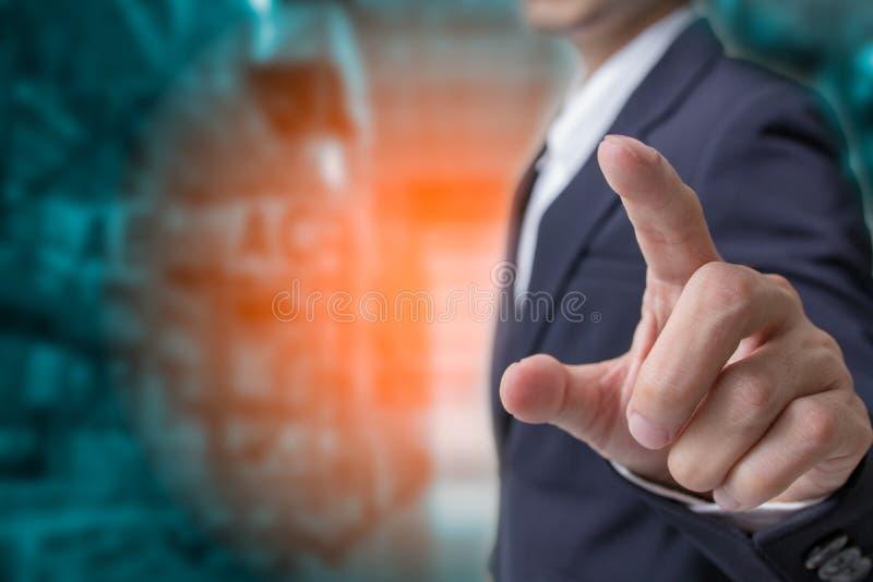 O conceito da logística de negócio, mão do homem de negócios que toca no plano custou logístico fotografia de stock royalty free