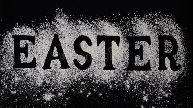 O conceito da Páscoa, letras fez com farinha, preparação para a bandeira de cozimento, horizontal, sem ovo, casa da padaria fez a imagens de stock