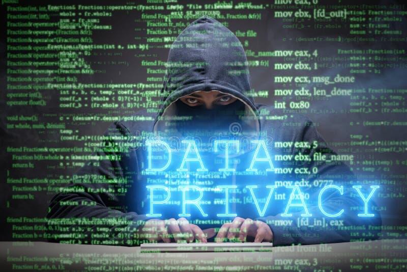 O conceito da privacidade de dados com o hacker que rouba informações pessoais fotos de stock royalty free