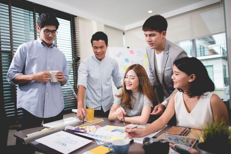 O conceito da reunião de sessão de reflexão dos trabalhos de equipa, planeamento de trabalho dos povos começa acima fotos de stock