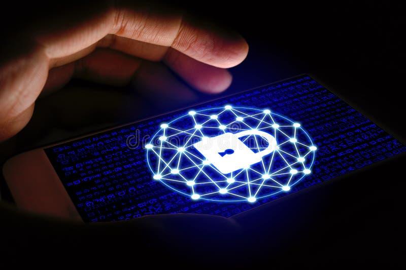 O conceito da segurança do Cyber, homem que usa o smartphone e protege a rede