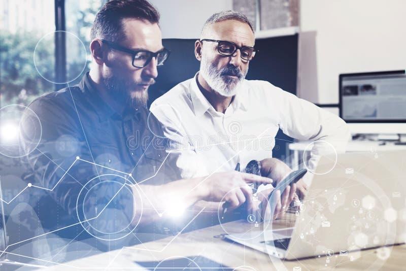 O conceito da tela digital, ícone da conexão virtual, diagrama, gráfico conecta Homem novo farpado que usa o telefone celular adu fotografia de stock