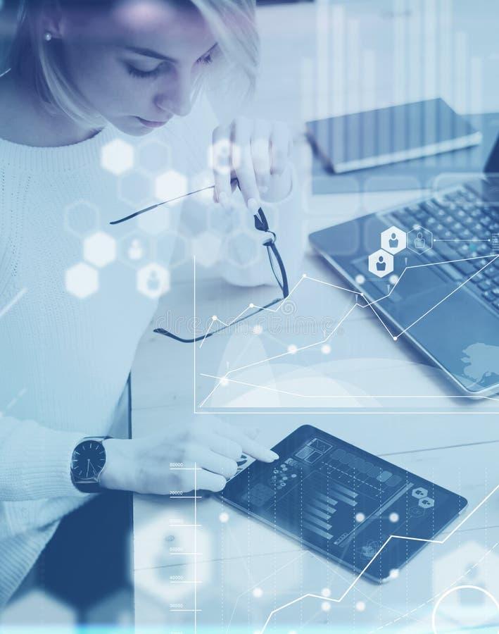 O conceito da tela digital, ícone da conexão virtual, diagrama, gráfico conecta Mulher bonita nova da vista superior que trabalha imagens de stock
