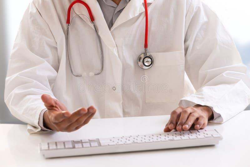O conceito da telemedicina ou do telehealth, medica com um estetoscópio na tela do portátil do computador fotos de stock royalty free