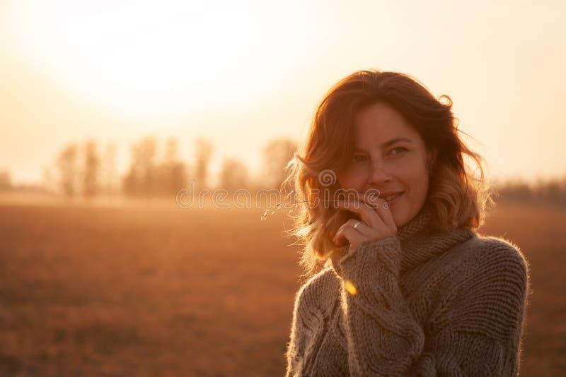 O conceito da unidade das mulheres e da natureza, humor calmo, vida eco-amig?vel foto de stock