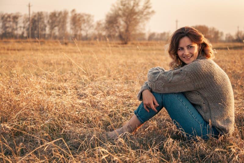 O conceito da unidade das mulheres e da natureza, humor calmo, vida eco-amig?vel fotos de stock