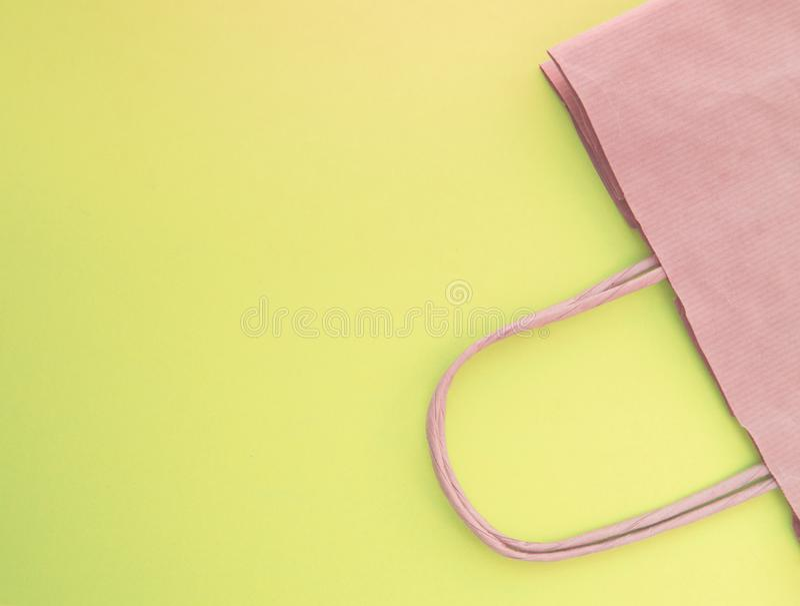 O conceito da vida zero do desperd?cio Saco de compras reusável de papel, sem vista plástica, superior, fundo amarelo foto de stock