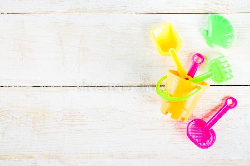 O conceito das férias de verão com praia plástica caçoa brinquedos - bucket, s fotos de stock royalty free