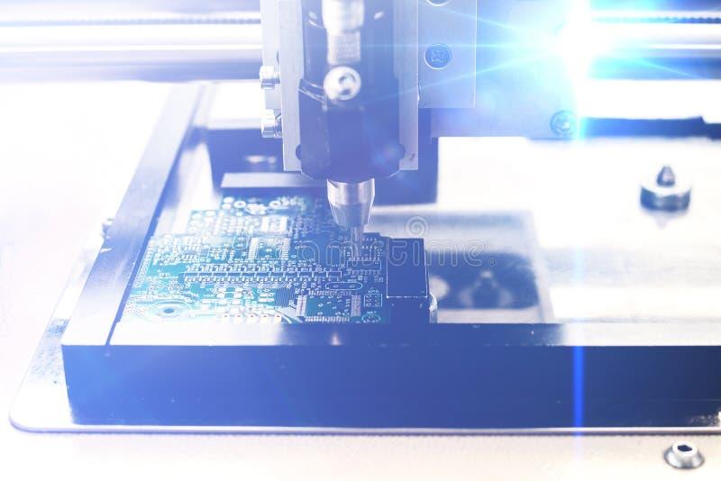 O conceito das tecnologias futuras Placa do computador com efeitos visuais em um estilo futurista Automatização da máquina fotografia de stock royalty free