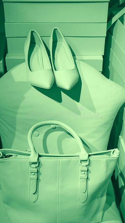 O conceito de acess?rios f?meas na moda ensaca sapatas em caixas vazias e no fundo verde de n?on fotografia de stock royalty free