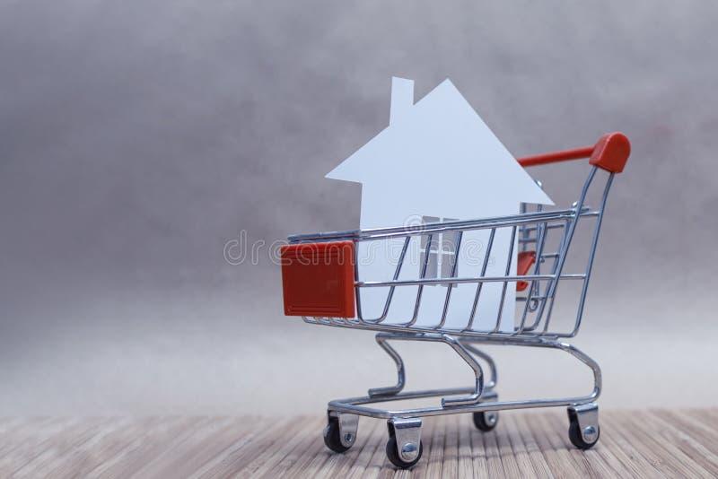 O conceito de compra e venda de uma casa Casa com papel no carrinho Composição horizontal fotografia de stock