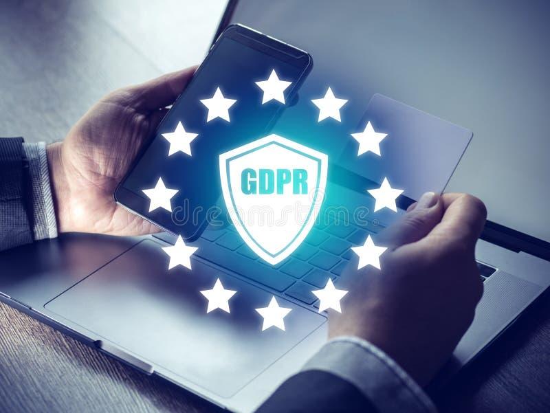 O conceito de GDPR, empresários entrega guardar o sinal digital do smartphone regulamento da proteção de dados e ícone gerais da  imagens de stock