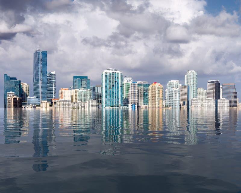 O conceito de linha do horizonte de Miami de elevação do nível do mar e inundações causadas pelo aquecimento global fotografia de stock