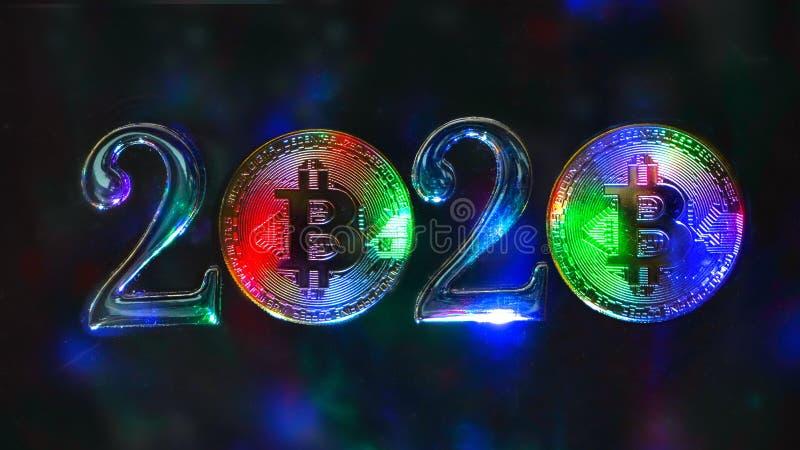 O conceito de 2020 no assunto do cryptocurrency Os bitcoins coloridos das moedas são ao lado dos números 2 fotografia de stock royalty free