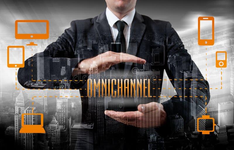 O conceito de Omnichannel entre os dispositivos para melhorar o desempenho da empresa Soluções inovativas no negócio foto de stock royalty free