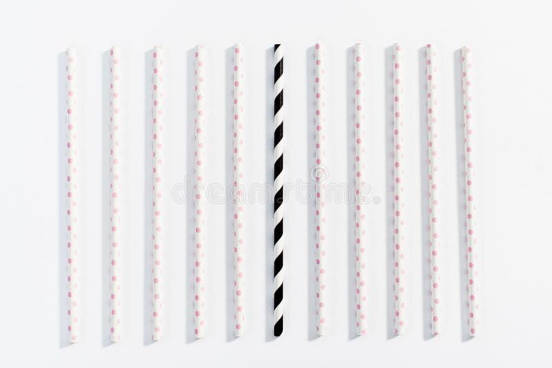 O conceito de palhas multi-coloridas para beber no fundo branco fotografia de stock