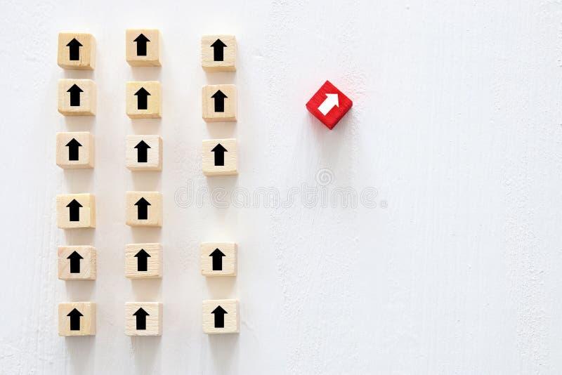 o conceito de pensa diferente, a inovação e a faculdade criadora sentido em mudança do cubo vermelho de outro imagem de stock