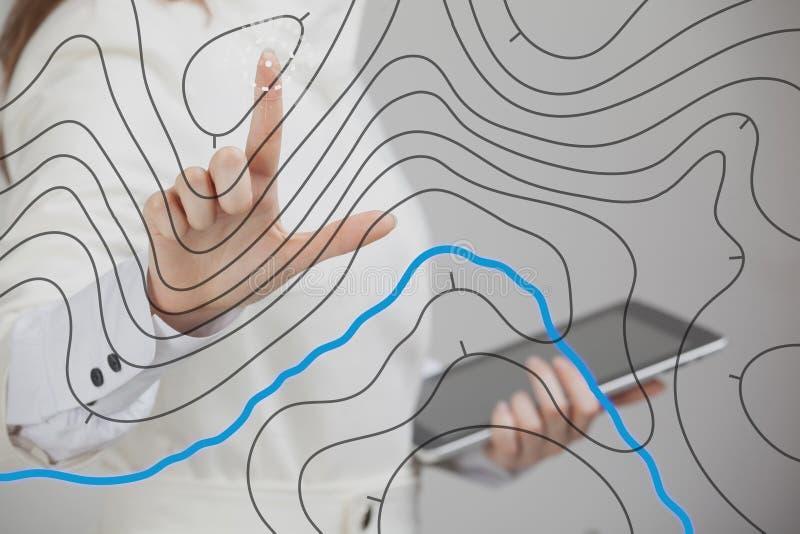 O conceito de sistemas de informação geográfico, cientista da mulher que trabalha com SOLDADOS futuristas conecta em uma tela tra imagens de stock