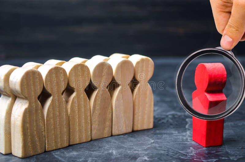O conceito de um líder de negócio A posição do chefe na frente da equipe e dá instruções e pontos aos objetivos e ao negócio imagem de stock royalty free