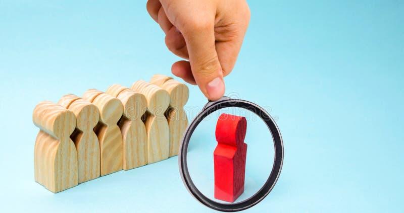 O conceito de um líder de negócio A posição do chefe na frente da equipe e dá instruções e pontos aos objetivos e ao negócio fotografia de stock
