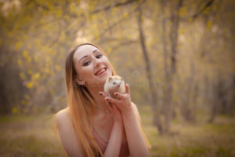 O conceito de um sorriso saud?vel A mulher sorri com um ouri?o fotografia de stock