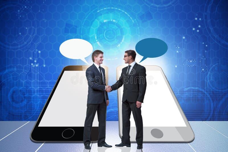 O conceito de uma comunica??o com o aperto de m?o dos homens de neg?cios imagens de stock royalty free