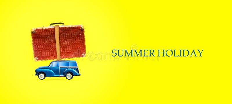 O conceito de umas f?rias de ver?o Carro com uma mala de viagem em um fundo amarelo brilhante Copie o espa?o Vista de acima Lugar ilustração do vetor