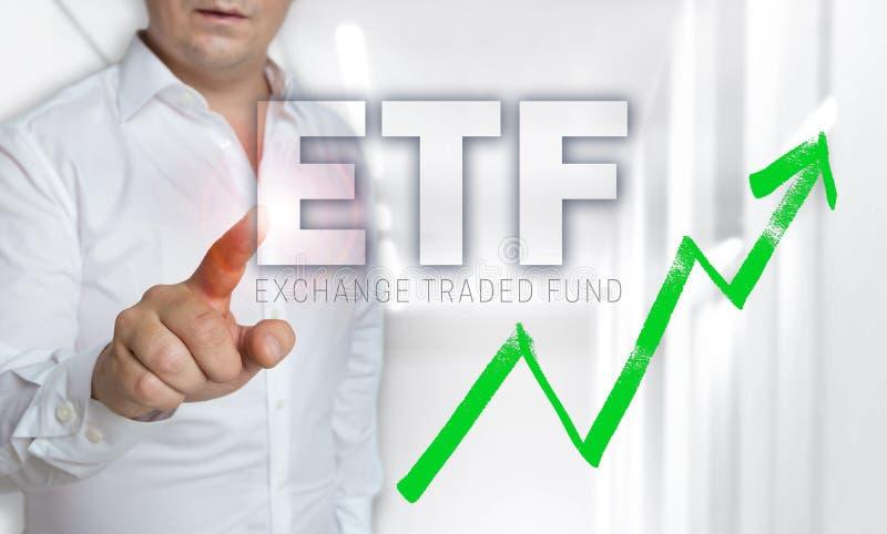 O conceito do écran sensível de ETF é operado pelo homem foto de stock royalty free