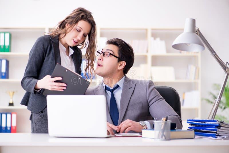 O conceito do acosso sexual com homem e mulher no escritório fotos de stock