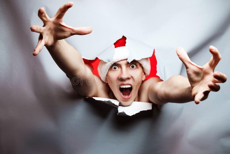O conceito do ano novo do Natal, chapéu louco à moda de Santa do indivíduo quebra t fotografia de stock