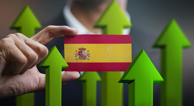 O conceito do crescimento da nação, esverdeia acima das setas - homem de negócios Holding Car foto de stock royalty free