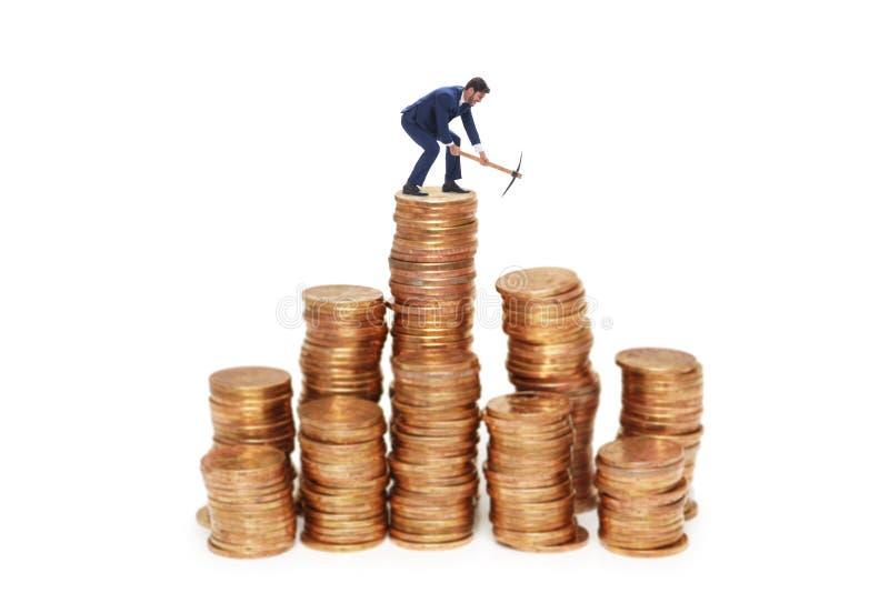 O conceito do cryptocurrency com dinheiro da mineração do homem de negócios imagem de stock royalty free