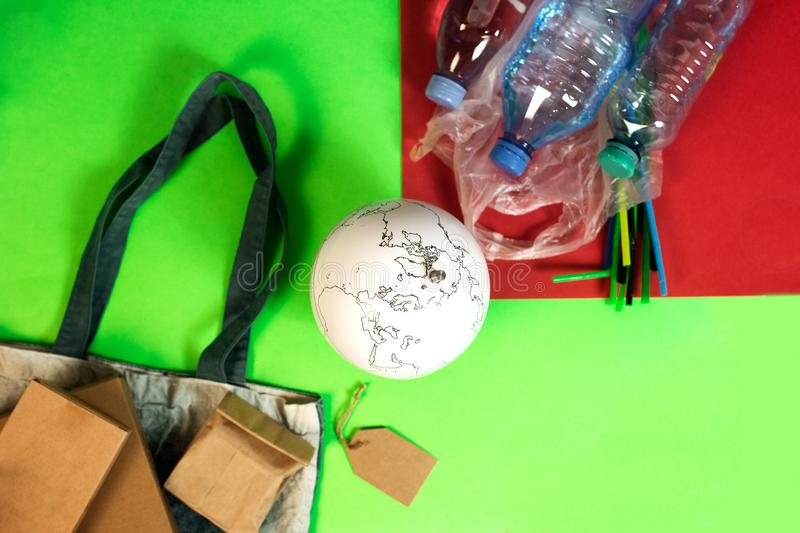 O conceito do dia de ambiente de mundo A terra em um saco de plástico imagem de stock royalty free