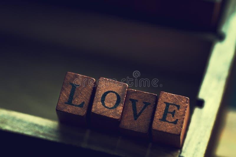 O conceito do dia do ` s do amor ou do Valentim com letras de madeira AMA em um O imagens de stock royalty free