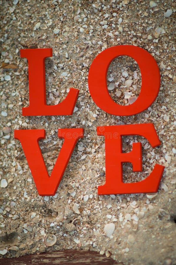 O conceito do dia do ` s do Valentim com letras de madeira ama fotografia de stock