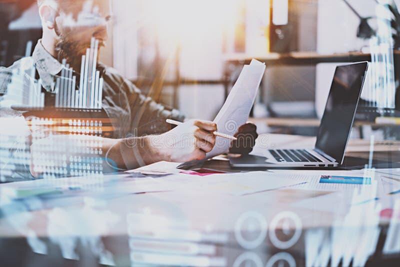 O conceito do diagrama digital, gráfico conecta, tela virtual, ícone das conexões Empresário novo que trabalha no escritório mode foto de stock