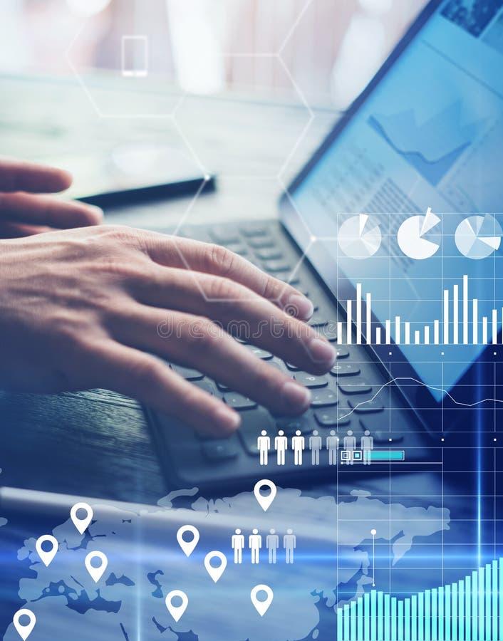 O conceito do diagrama virtual, gráfico conecta, indicação digital, conexões, ícones das estatísticas Homem que usa o contemporân imagem de stock