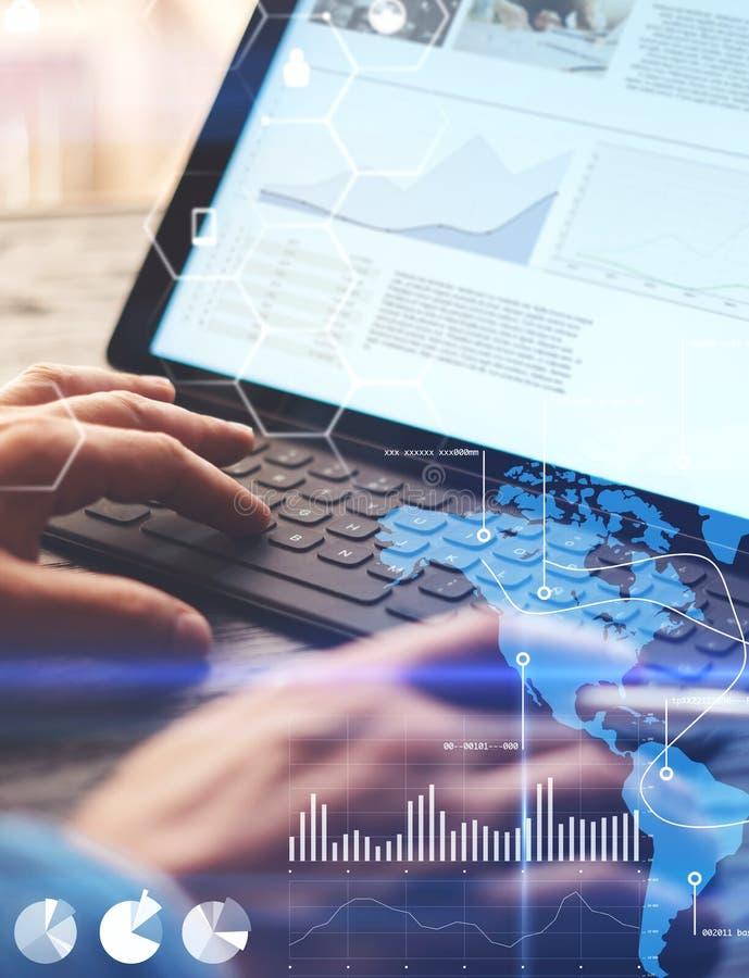 O conceito do diagrama virtual, gráfico conecta, indicação digital, conexões, ícones das estatísticas Homem que usa o lápis do es imagens de stock royalty free