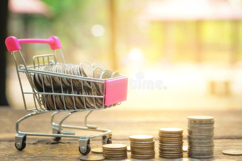 O conceito do dinheiro da economia com dinheiro no carro e a moeda empilham o negócio crescente no fundo do por do sol fotos de stock