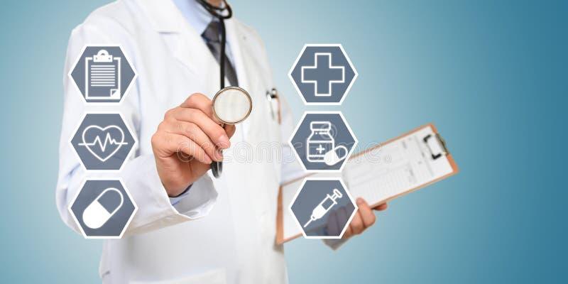 O conceito do doutor que tem um exame médico fotografia de stock