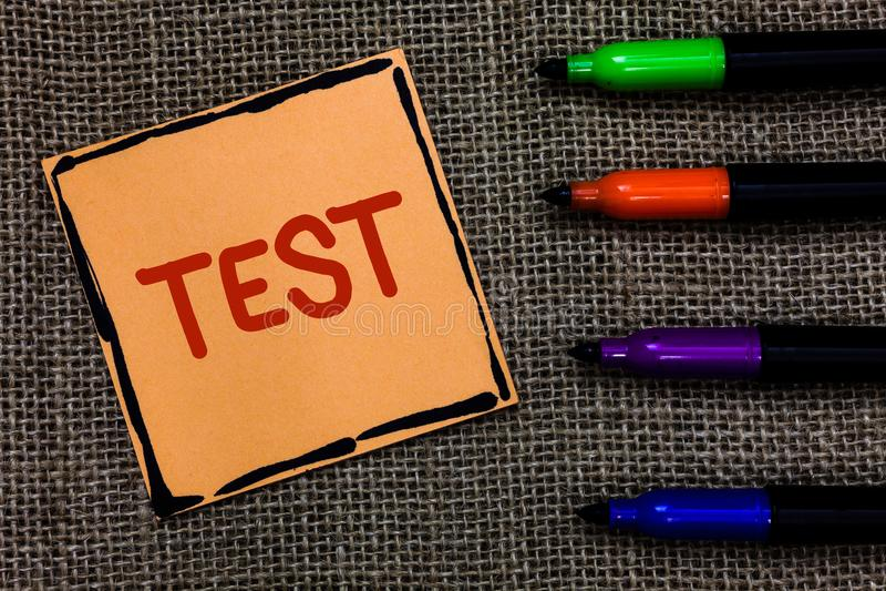 O conceito do negócio do teste do texto da escrita da palavra para o procedimento sistemático acadêmico avalia a arte das penas d fotos de stock royalty free