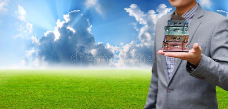O conceito do pacote do curso, homem de negócios leva o saco do curso fotografia de stock royalty free
