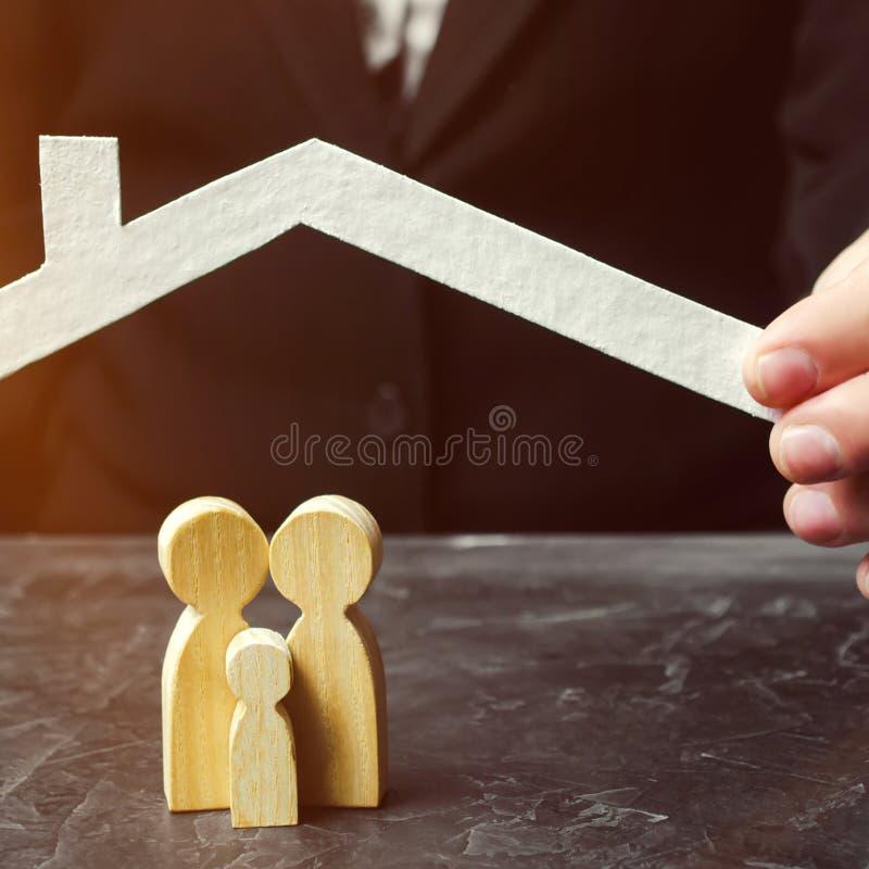 O conceito do seguro da vida familiar e da propriedade Seguro de saúde, cuidado Prote??o da seguran?a e da propriedade fotografia de stock royalty free